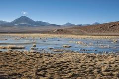 Vulcão ativo Putana igualmente conhecido como Jorqencal ou Machuca perto de Vado Rio Putana no deserto de Atacama, o Chile imagens de stock