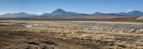 Vulcão ativo Putana igualmente conhecido como Jorqencal ou Machuca perto de Vado Rio Putana no deserto de Atacama, o Chile fotos de stock