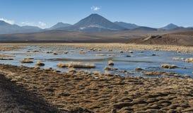 Vulcão ativo Putana igualmente conhecido como Jorqencal ou Machuca perto de Vado Rio Putana no deserto de Atacama, o Chile foto de stock