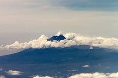 Vulcão com nuvens foto de stock royalty free