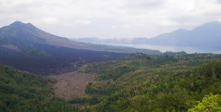 Vulcão com um grande lago no pé do Fotos de Stock