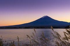 Vulcão da montanha do por do sol de Fuji imagem de stock