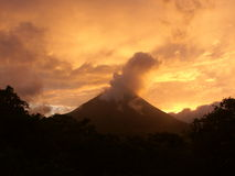Vulcão de Arenal no alvorecer Fotografia de Stock Royalty Free