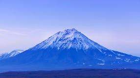 Vulcão de Avachinsky em Kamchatka na noite após o por do sol imagens de stock
