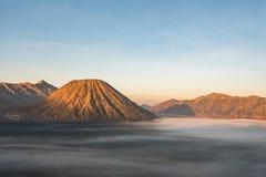 Vulcão de Batok e de Bromo, East Java, Indonésia Fotografia de Stock