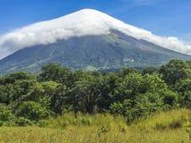 Vulcão de Concepción coberto pela nuvem branca, imagem de stock