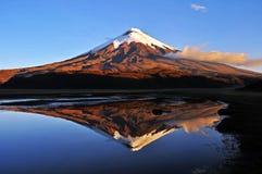 Vulcão de Cotopaxi e de Limpiopungo em Equador foto de stock