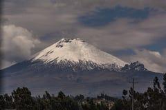 Vulcão de Cotopaxi em um dia nebuloso fotos de stock