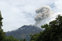 Vulcão de Errupting fotografia de stock royalty free