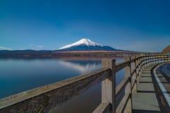 Vulcão de Fuji da beira do lago do kawaguchiko do formulário de japão fotos de stock royalty free