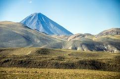 Vulcão de Licancabur, deserto de Atacama, o Chile fotos de stock royalty free