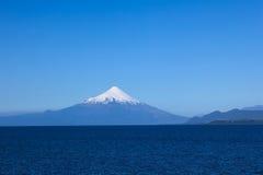Vulcão de Osorno no lago Llanquihue, o Chile fotografia de stock