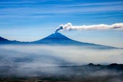 Vulcão de Popocatepetl que entra em erupção o terremoto de México do asfter fotografia de stock