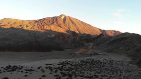 Vulcão de Teide no alvorecer em dezembro, Ilhas Canárias de Tenerife Vista do vulcão, voando um zangão terra Vulcão-chamuscada, t vídeos de arquivo