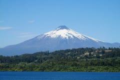 Vulcão de Villarica do lago imagem de stock royalty free