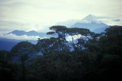 Vulcão distante da selva imagem de stock royalty free