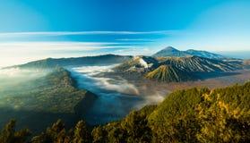 Vulcão durante o nascer do sol, a vista magnífica de Bromo do Mt Bromo imagens de stock