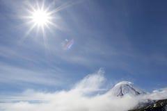 Vulcão e sol de Kluchevskoy Foto de Stock Royalty Free