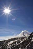 Vulcão e sol de Kluchevskoy Foto de Stock
