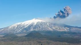 Vulcão Etna e coluna de fumo imagens de stock