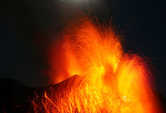 Vulcão forte Stromboli da erupção que entra em erupção Imagens de Stock Royalty Free