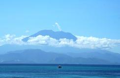 Vulcão impressionante acima do oceano foto de stock