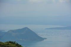 Vulcão na névoa, ilha de Taal de Luzon das Filipinas foto de stock royalty free