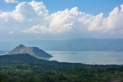 Vulcão na névoa, ilha de Taal de Luzon das Filipinas imagem de stock royalty free
