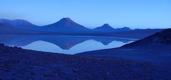 Vulcão no nascer do sol, Atacama de Lascar, o Chile Imagem de Stock