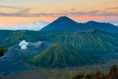 Vulcão no nascer do sol, Java de Bromo, Indonésia fotos de stock