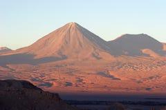 Vulcão no por do sol, deserto de Atacama, o Chile foto de stock