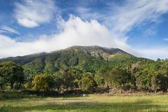Vulcão sobre as nuvens Imagens de Stock