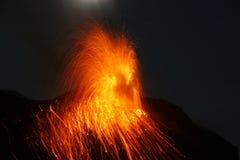 Vulcão Stromboli da erupção da Lua cheia Fotos de Stock Royalty Free