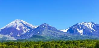 Vulcões de Avachinsky e de Kozelsky em Kamchatka no outono fotografia de stock