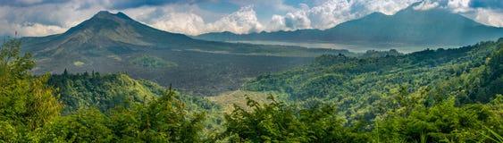 Vulcões do Mt Batur e do Mt Agung imagem de stock