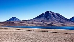 Vulcões em Altiplano no Chile fotografia de stock royalty free