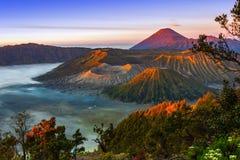 Vulcões no parque nacional de Bromo Tengger Semeru no nascer do sol java Imagens de Stock