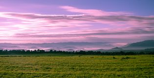 Vulcões parque nacional, paisagem de Ruanda no por do sol foto de stock