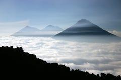 Vulcões sobre uma vista das nuvens