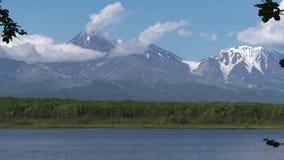 Vulcani di estate, nuvole che vanno alla deriva cielo, riflessione in lago alpino Zummi il lasso di tempo archivi video