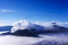 Vulcani veduti ad una distanza dal supporto Penanjakan Indonesia Immagini Stock