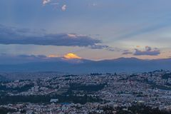 Vulcano al tramonto, Quito, Ecuador di Cayambe fotografia stock