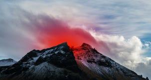 Vulcano attivo che scoppia in Islanda stock footage