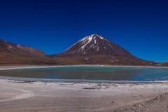 Vulcano in Bolivia, la laguna verde di Licancabur nella parte anteriore fotografie stock libere da diritti