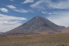 Vulcano conico nelle Ande, Cile Immagini Stock Libere da Diritti