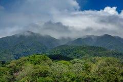 Vulcano de Rincon de la vieja et nuages brumeux Images libres de droits
