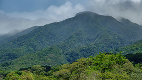 Vulcano de Rincon de la vieja et nuages brumeux Photos stock