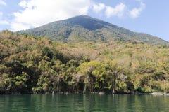 Vulcano de San Pedro en el lago Atitlan Imagen de archivo