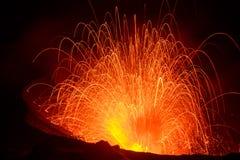 Vulcano de Yasur de la erupción, puesta del sol en el borde del cráter, Tanna, Vanuatu foto de archivo