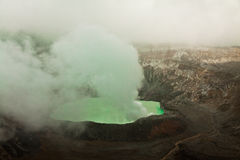 Vulcano dei poa con fumo verde Immagine Stock